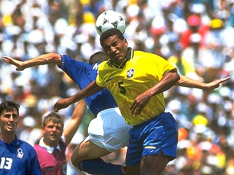 Aerial battle in the final. Massaro and Mauro Silva.